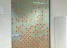 Staklena vrata sa dekorativnom folijom